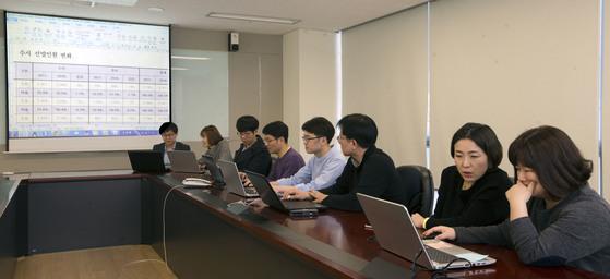 하나고의 수시전략회의에서는학생 한명 당 짧게는 5분, 길게는 15분의 토론이 이어진다.김성룡 기자