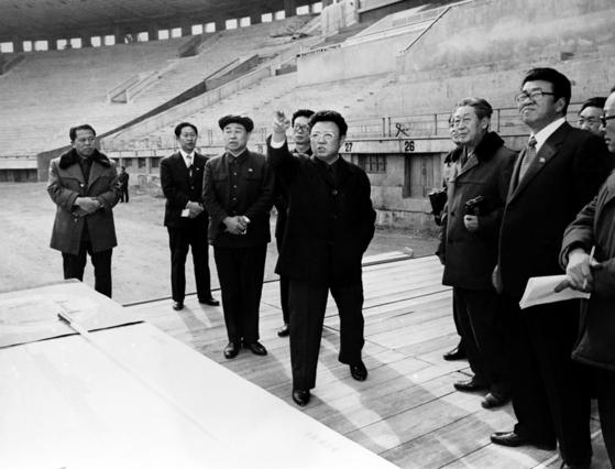 1982년 김일성 경기장 공사를 현지지도하는 김정일의 모습. [사진=우리민족끼리]