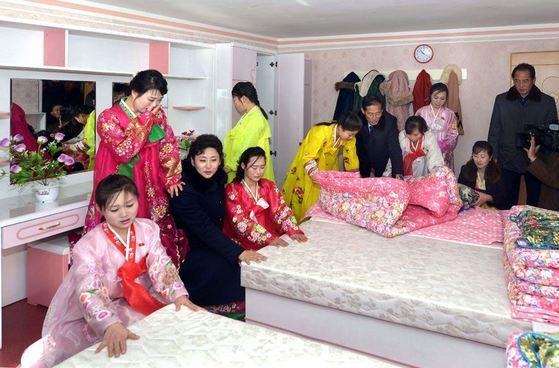 김정숙평양제사공장 여성 노동자들이 올해 1월 완공한 노동자 합숙소(기숙사)의 방에 있는 침대를 쳐다보고 있다. [사진=조선의 오늘]