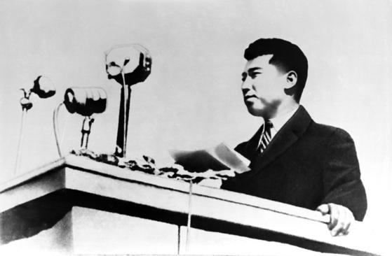 1945년 10월 14일 평양에서 주민들 앞에서 개선(凱旋) 연설을 하고 있는 김일성의 모습. [사진=우리민족끼리]