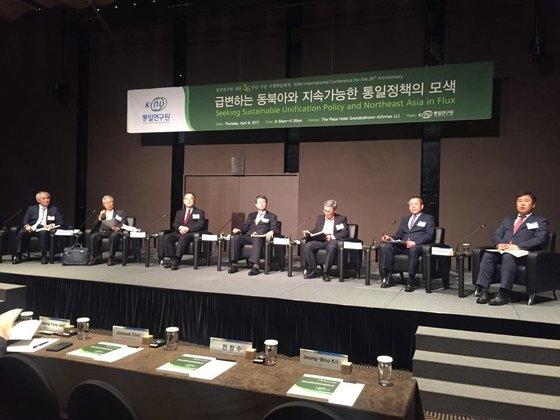 6일 서울 프라자호텔에서 열린 통일연구원 개원 26주년 국제학술회의에서 '향후 통일·대북정책의 방향'을 소주제로 3회의를 진행하고 있다. [사진=이경주 인턴기자]