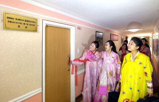 김정숙평양제사공장 여성노동자들이 올해 1월 완공한 노동자 합숙소(기숙사)를 둘러보고 있다. [사진=조선의 오늘]