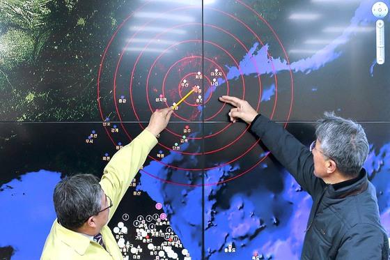 작년 1월 6일, 오윤화 기상청장과 윤원태 지진관리관(오른쪽)이 서울 대방동 기상청 국가지진 화산센터에서 북한 핵실험에 따른 인공지진파 측정상황을 살펴보고 있다. 신인섭 기자
