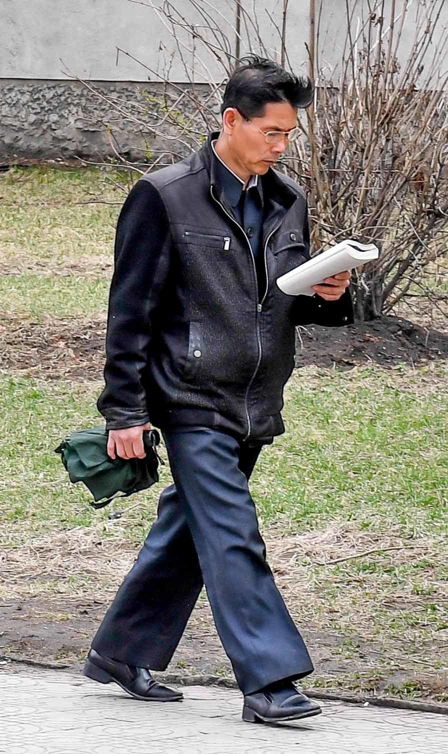 6일 평양거리에서 한 시민이 길을 걸으며 책을 읽고 있다. 사진공동취재단
