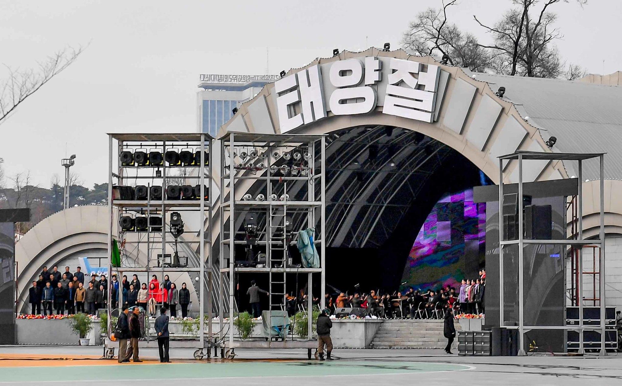6일 태양절을 앞두고 5월1일(능라도)경기장 인근 광장에서 음악회 행사 녹화를 하고 있다. 사진공동취재단