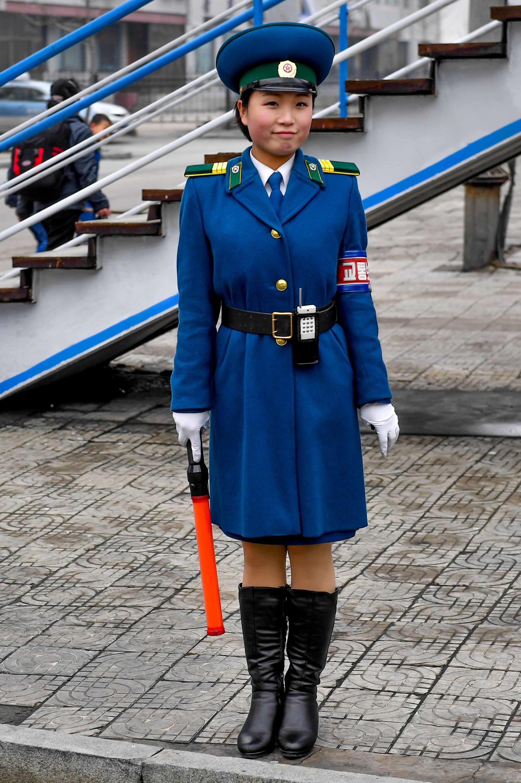 6일 평양시내 한 교통보안원이 밝은 표정으로 근무를 서고 있다. 사진공동취재단