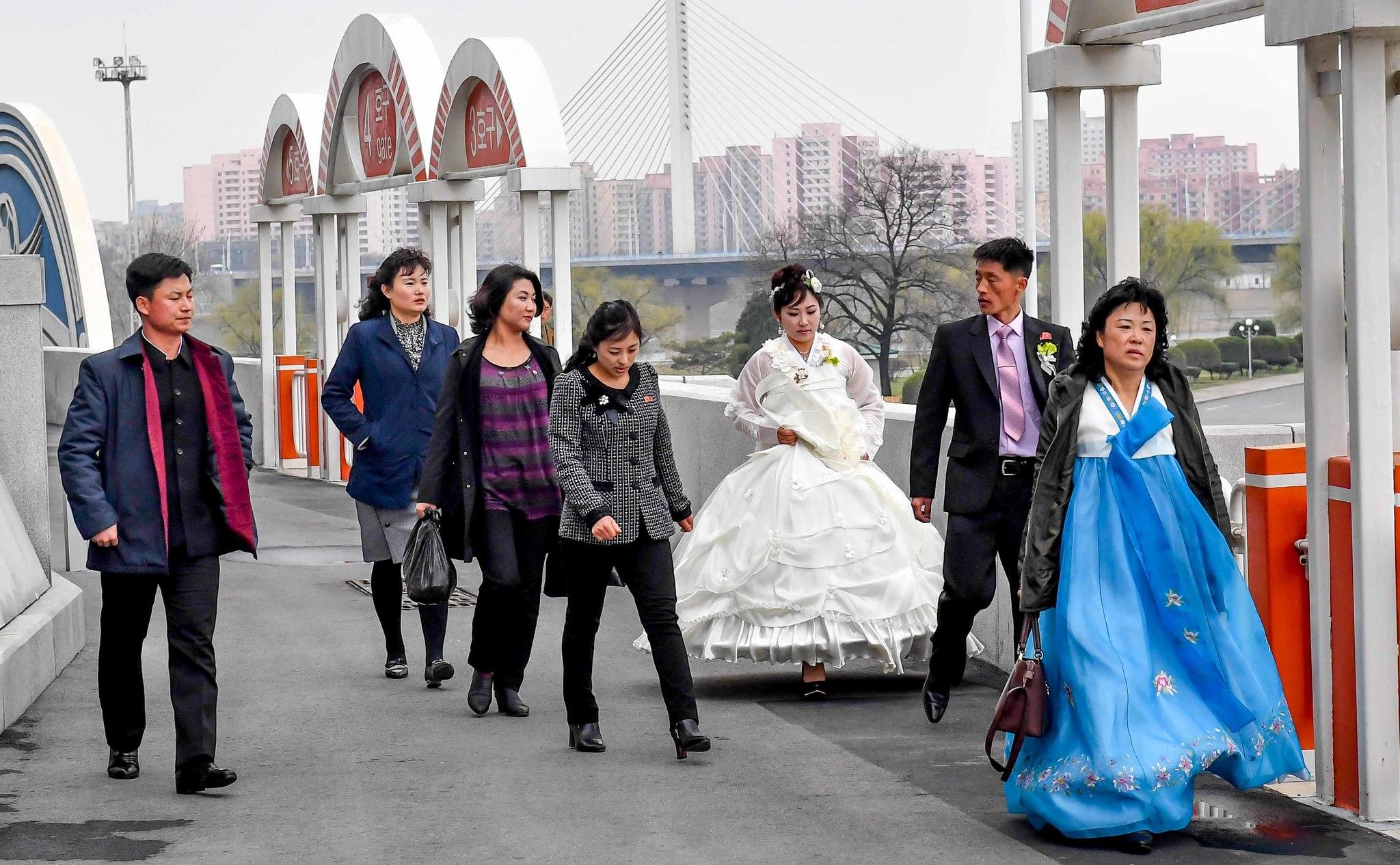 6일 결혼식을 마친 한쌍의 부부가 하객들과 함께 (능라도)경기장을 둘러 보고 있다. 사진공동취재단