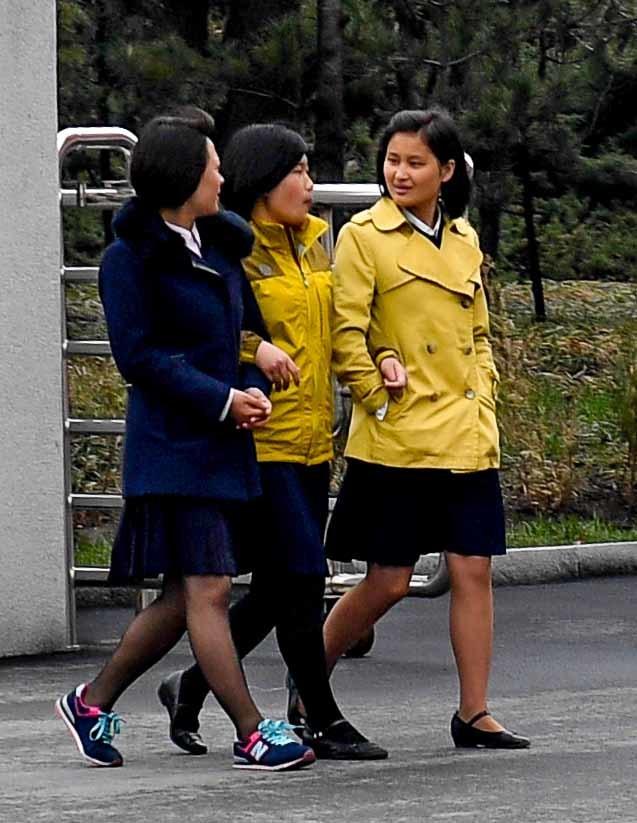 6일 평양시내에 봄이 완연한 날씨에 여성들이 화사한 옷을 입고 거리를 걷고 있다. 사진공동취재단