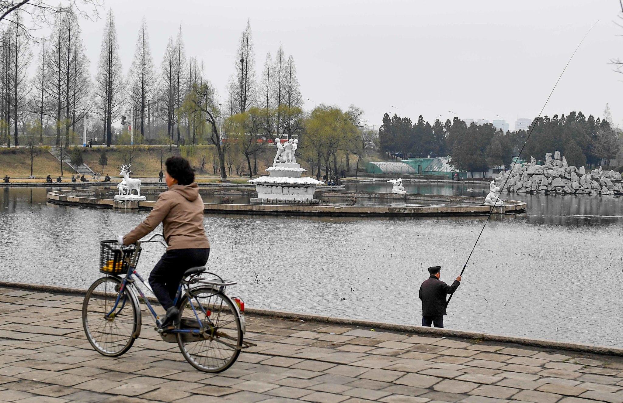 6일 흐리지만 봄날씨가 완연한 평양시내 보통강변에서 시민들이 낚시를 하고 있다. 사진공동취재단