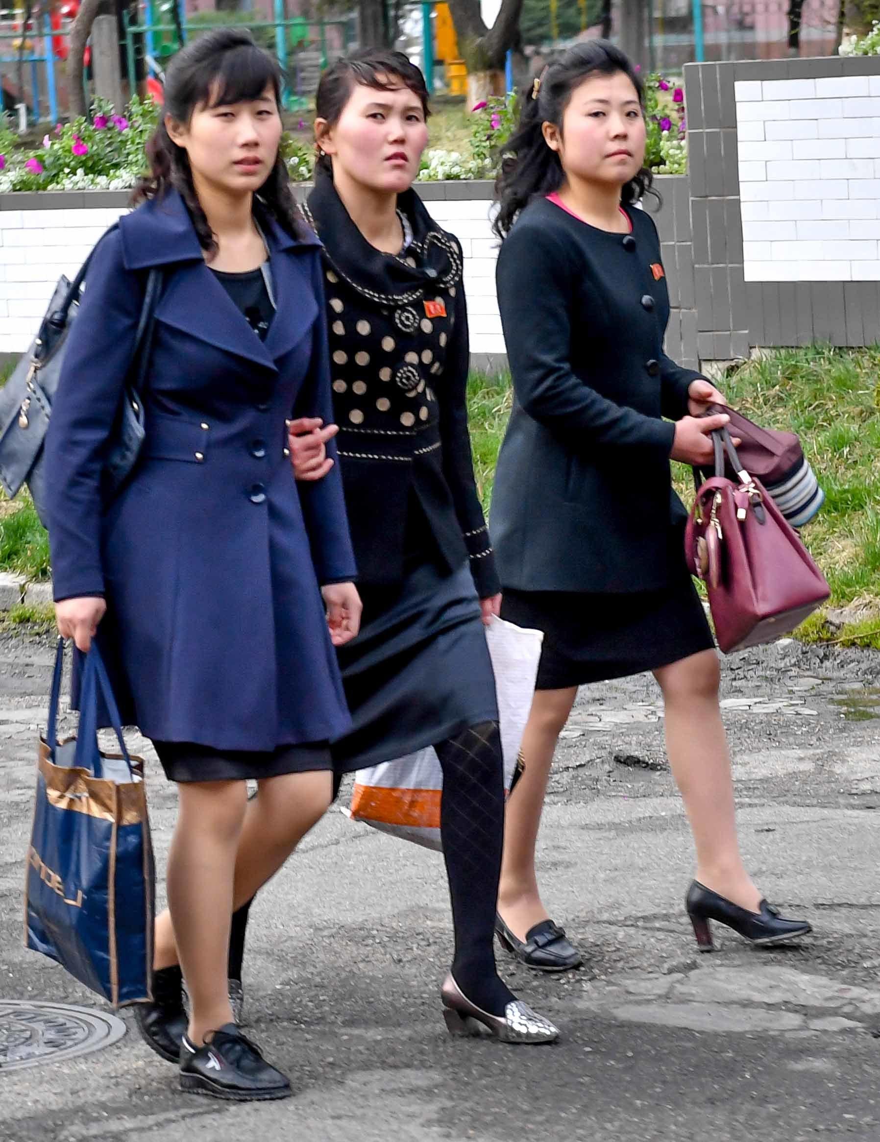 6일 완연한 봄날씨에 밝고 화사한 옷을 입은 여성들이 거리를 걷고 있다. 사진공동취재단