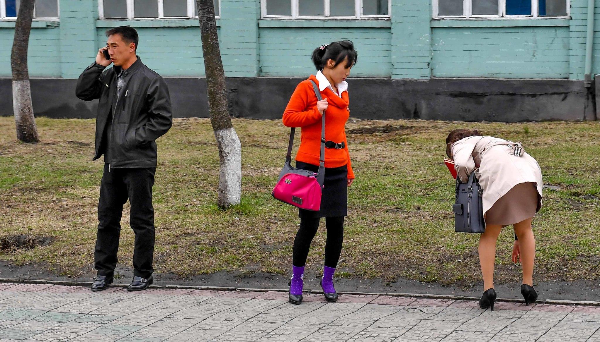 6일 완연한 봄날씨에 밝고 화사한 옷을 입은 여성들이 눈길을 끌고 있다.사진공동취재단