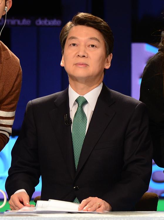 국민의당안철수 후보가 토론을 준비하고 있다.