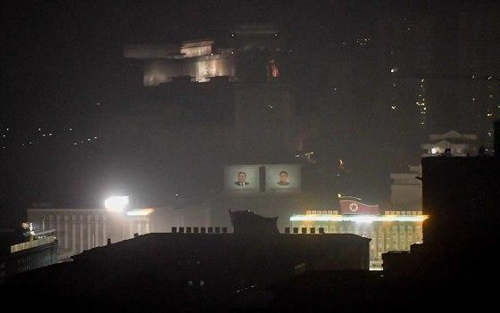 태양절을 앞두고 평양 김일성광장에는 저녁 늦은 시간까지 불을 밝히고 행사 준비에 여념이 없다. [평양=사진공동취재단]