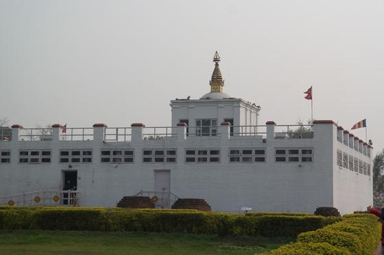 룸비니 동산 안의 마야데비 사원. 붓다가 출생했다는 장소가 이 사원 안에 있다.