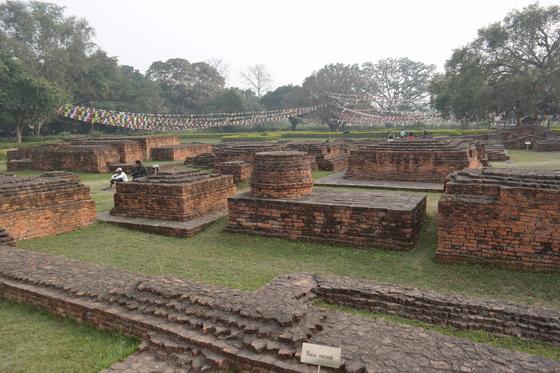 붓다가 태어난 룸비니 지역 마야데비 사원 근처의 불교 유적. 높은 탑인 스투파의 흔적이 고스란히 남아 있다.