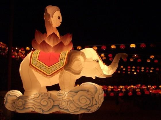 아기 붓다가 흰 코끼리를 타고 있다. 구름을 타고 오는 흰 코끼리와 깨달음을 상징하는 붓다의 연좌가 잘 어눌린다.