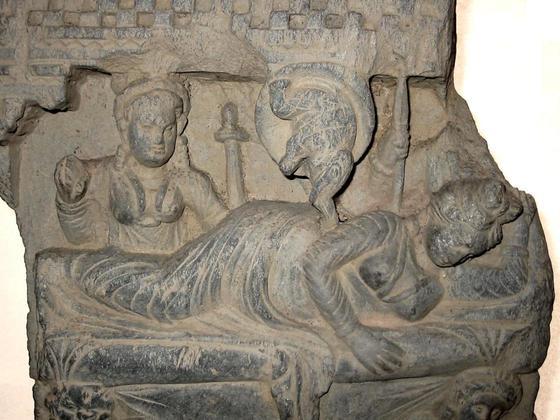마야 왕비의 태몽 일화를 기록한 부조. 아소카 왕 때 붓다의 일화가 많은 조각물로 남겨 졌다. 마야 왕비의 태몽은 각별했다. 흰 코끼리가 옆구리로 들어오는 꿈을 꾸었다.