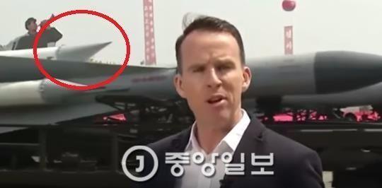 존 서드워스 BBC 기자 뒤편으로 지나가는 미사일 탄두 끝이 부자연스럽게 위쪽으로 향해있다. [사진 유튜브 캡쳐]