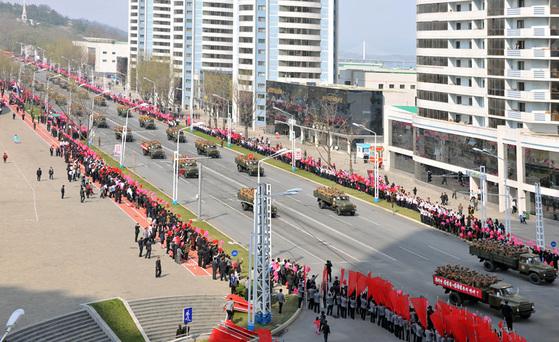 15일 김일성 생일 105주년을 맞이하여 김일성광장에서 진행된 열병식에 참가했던 대열이 평양시 주요도로를 따라 시가행진을 하고 있다. [사진=노동신문]