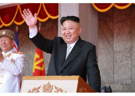 15일 김일성광장 군사퍼레이드에 참석한 김정은 노동당 위원장이 환호에 답하고 있다. [노동신문]