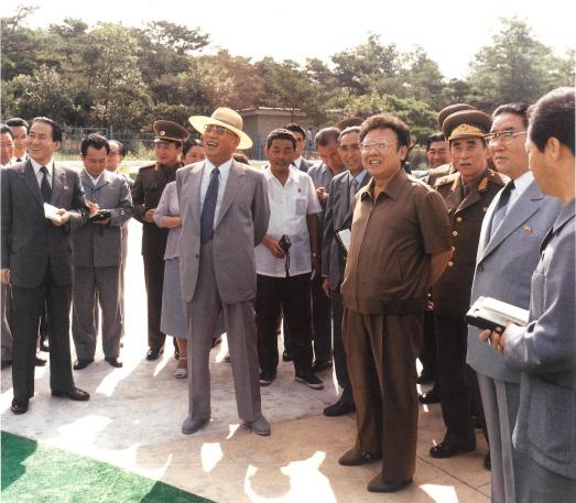 김일성이 1985년 8월 만경대 물놀이장을 강성산 총리(사진 왼쪽) 등과 함께 둘러보고 있다. 오른쪽으로부터 4번째에 김정일도 보인다. [사진 영광의 50년]