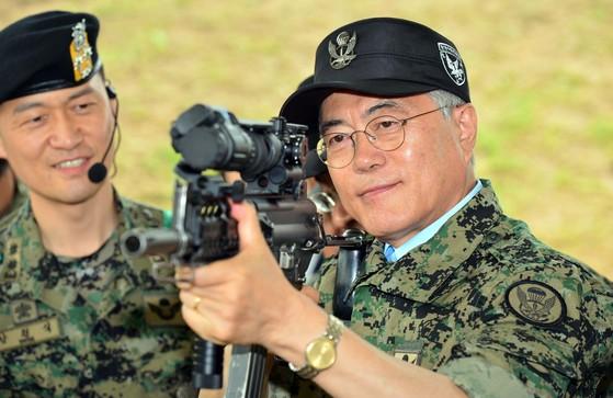 문재인 후보가특전요원으로 군 복무를 했던특전사 제1공수 특전여단을2015년 6월방문해소총을 들어보고 있다.[사진공동취재단]