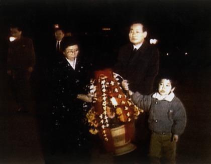 강성산 총리가 1996년 4월 가족들과 함께 만수대언덕에 있는 김일성 동상에 헌화하고 있다. [사진 조선중앙TV 캡처]