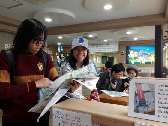 지난 15일 감천문화마을을 찾은 태국 관광객들이 마을지도를 보고 있다