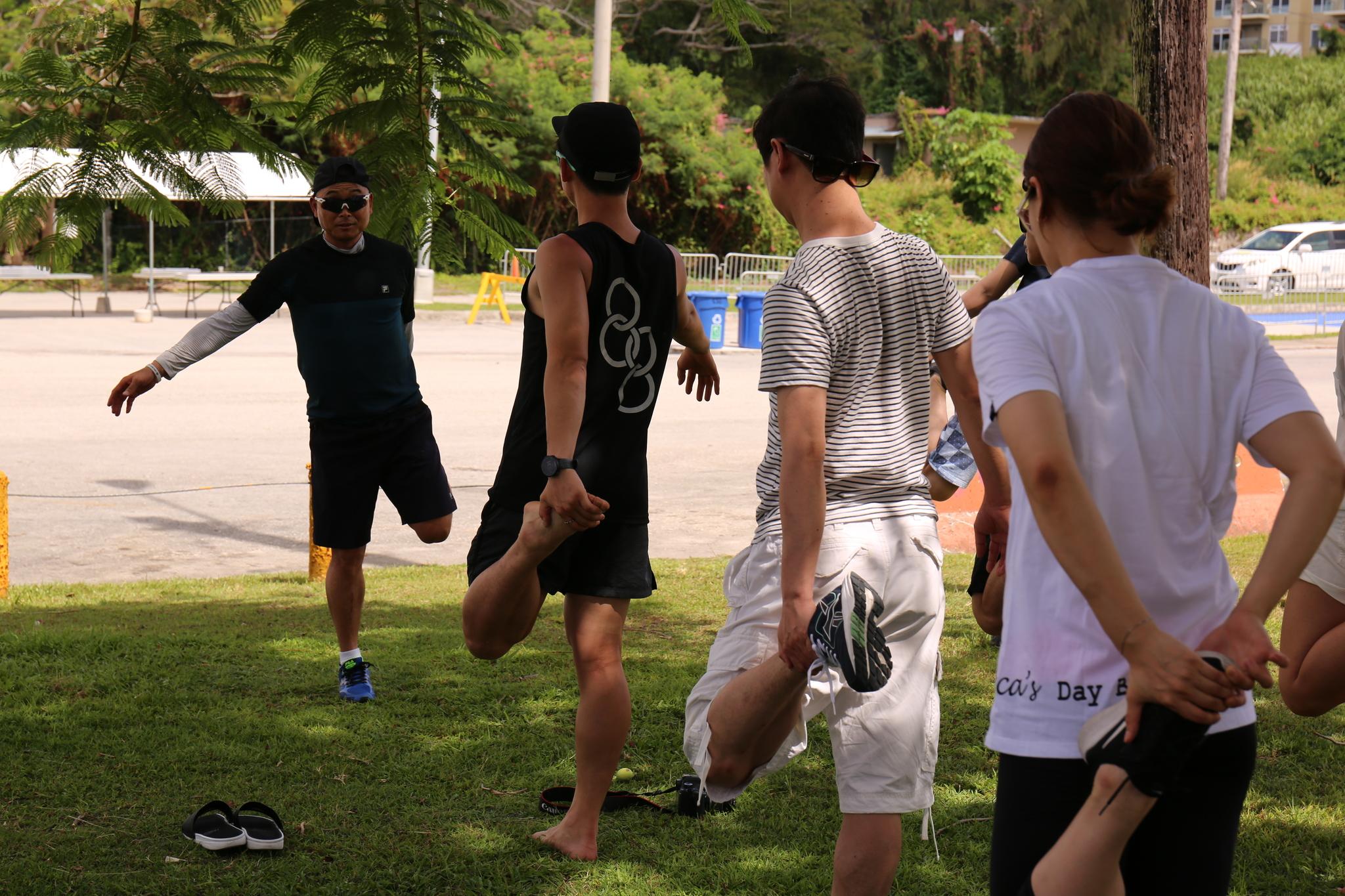 대회 하루 전날, 참가자들과 함께 몸을 풀고 있는 이봉주 선수.