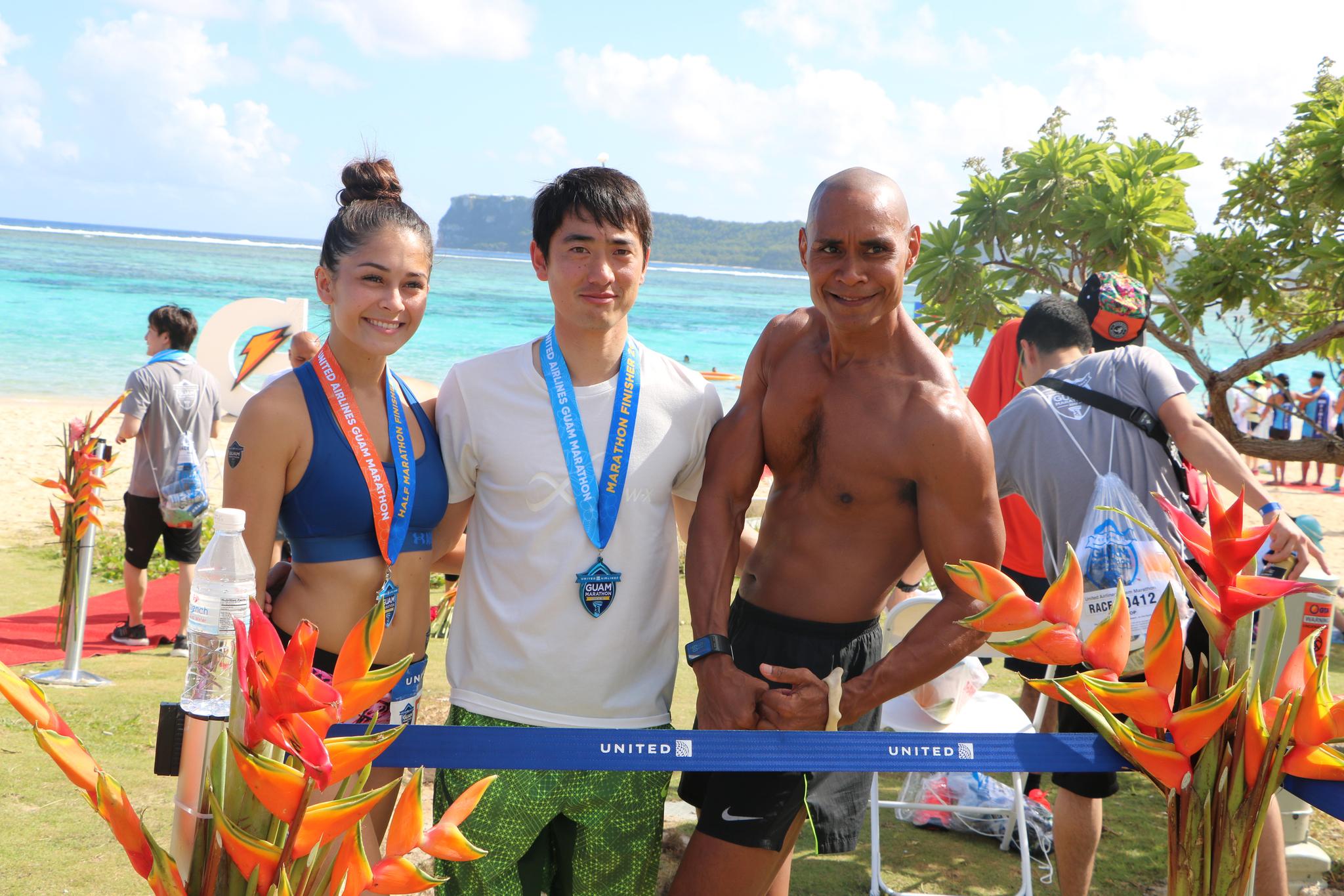 마라톤을 마친 참가자들이 이파오 해변에서 휴식을 취하고 있다. [유나이티드 괌 마라톤]