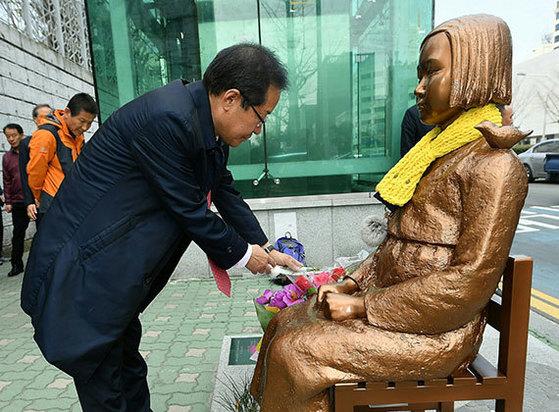 자유한국당 홍준표 대선 경선 후보가 22일 부산시 초량동 평화의 소녀상에 헌화하고 있다. [뉴시스]