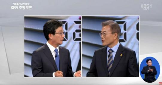 19일 대선 후보자 토론에서 유승민 후보와 문재인 후보가 전술핵 재배치 문제를 놓고 공방을 벌이고 있다. [사진 KBS]