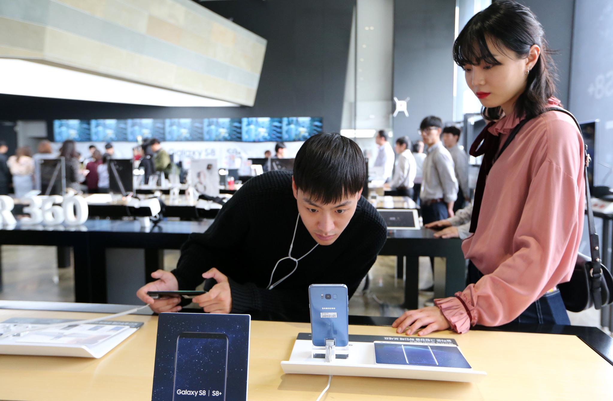 21일 오후 서울 종로구 광화문 Kt 스퀘어에서 고객들이 이날부터 국내에 공식 출시된 '갤럭시S8'을 살펴보고 있다.조문규 기자