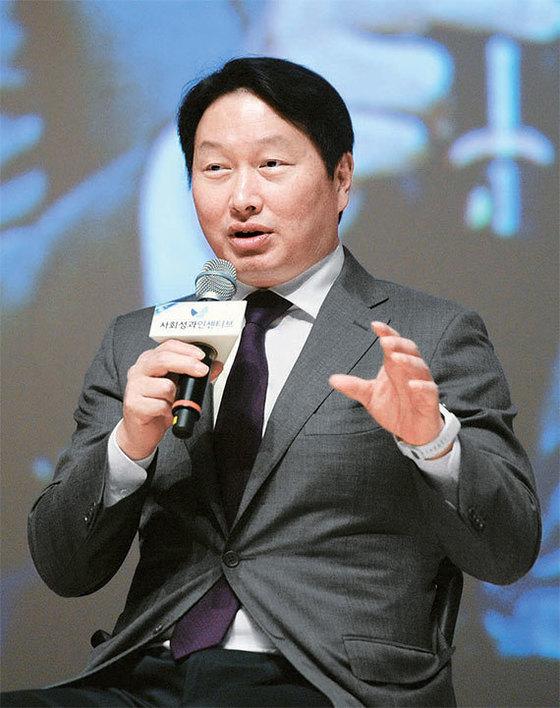 최태원 SK그룹 회장이 20일 연세대에서 열린 '사회성과인센티브 어워드' 토크 콘서트에서 사회적 기업의 중요성에 대해 역설하고 있다. [뉴시스]
