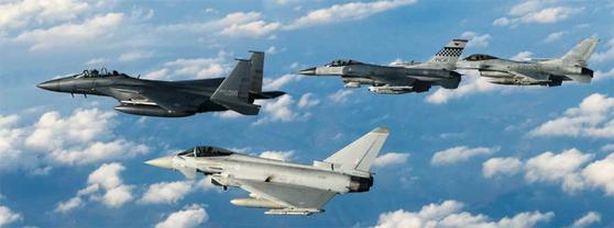 지난해 11월 사상 첫 한·미·영 연합 공군 훈련인 '무적의 방패' 훈련에 참가한 우리 공군의 F-15K와 KF-16, 미 공군의 F-16, 영 공군의 유로파이터 타이푼 전투기가 한반도 상공을 편대 비행하고 있다. [사진 공군]