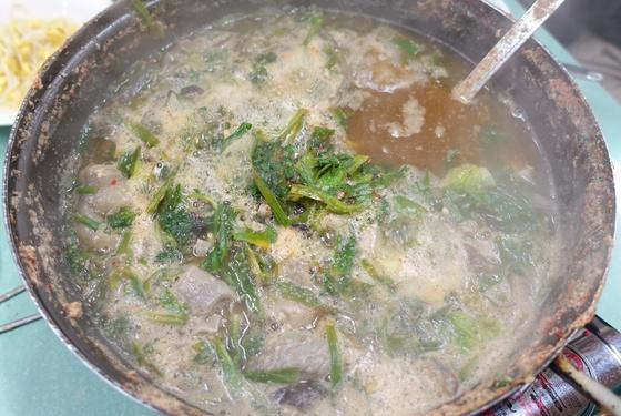 보리 순과 자투리 고기가 넉넉히 들어간 홍어 애국. 보통은 '애탕'이라고 하는데 이 집은 애국이라고 했다.