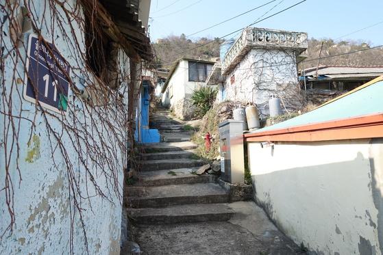 온금동 골목 계단 길. 집도 사람도 길도 윤기가 쪽 빠져 보인다.