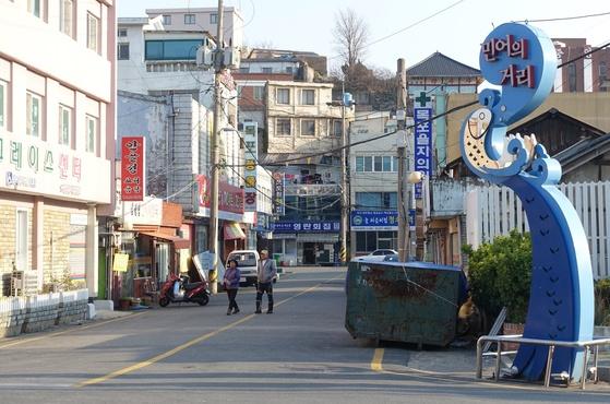 초원실버타운 교차로에 있는 '민어의 거리' 입간판.