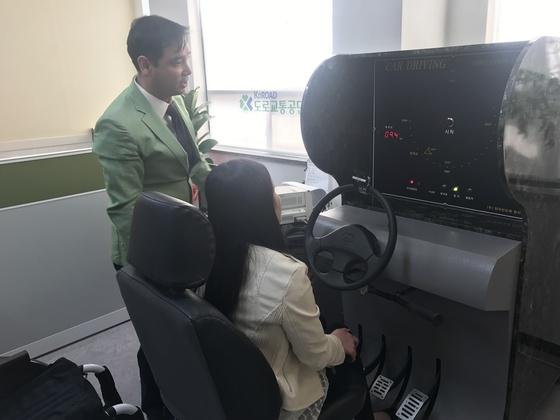 19일 대구장애인운전지원센터에서 휠체어 장애인김미애씨가 기기를 조작하고 있다. [김정석 기자]
