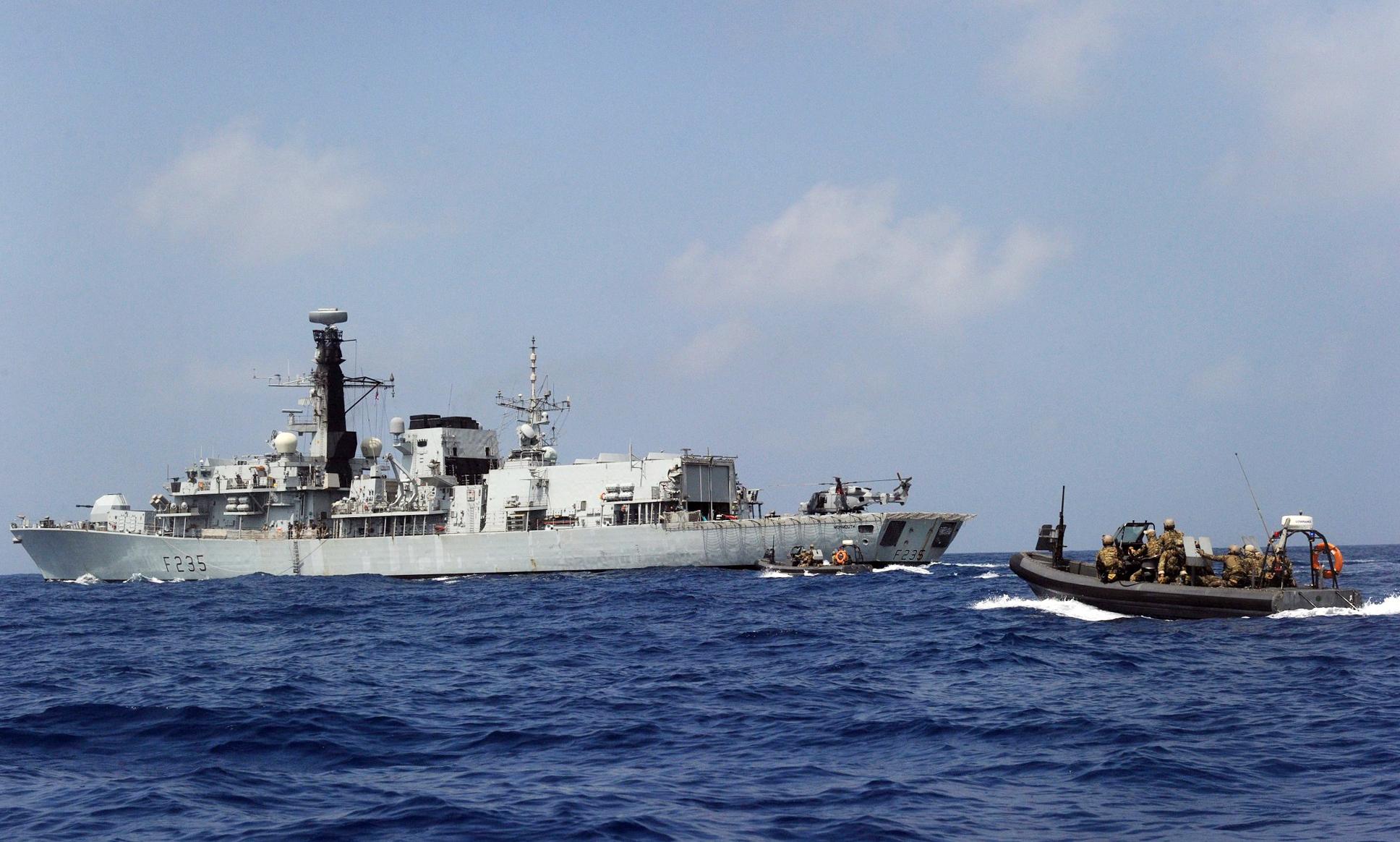 20일(현지시간) 아덴만에서 청해부대 23진 검문검색대원들이 최영함에서 영국 몬머스함으로 RIB(Rapid Inflatable Boat)을 타고 출동하고 있다. [사진 합참]
