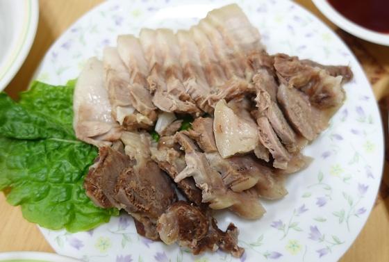 삼합의 한 축인 돼지수육은 삼겹살과 다리살이 반반이다.