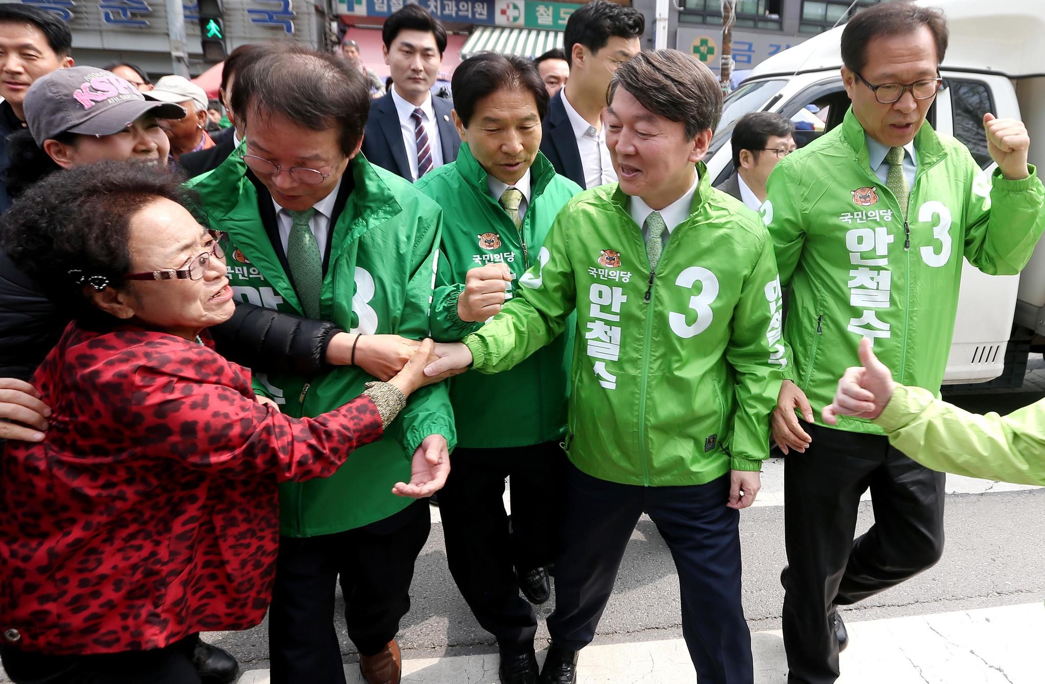 안철수 국민의당 후보가 18일 오전 대전 동구 중앙시장에서 한 시민과 악수나누고 있다. [국회사진기자단]