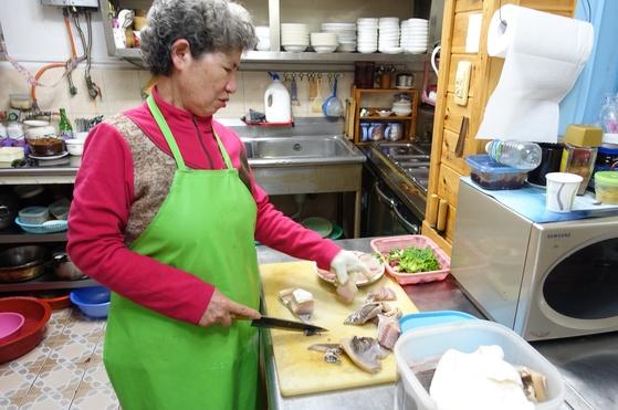 홍어를 자르는 여주인 김말신 여사. 30대 초에 젊은 나이에 시작해 음식점 경력 37년이 됐다.