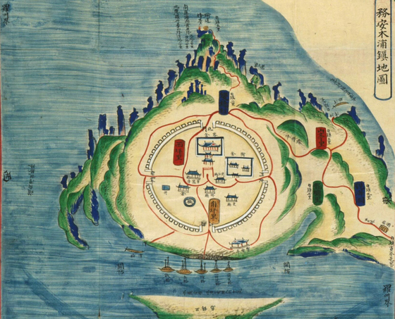1872년에 그린 목포진지도(규장각 소장). 12시 방향이 유달산 봉수, 6시 방향은 삼학도다. 지형이 거북이가 목을 뺀 형상이다. 1897년 개항 당시목포에는 150~160가구가 살고 있었다.<블로그 '팬저의 국방여행'에서 인용>