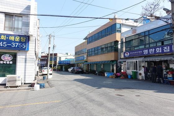 목포 '민어의 거리'. 민어 전문 횟집들이 모여있다.