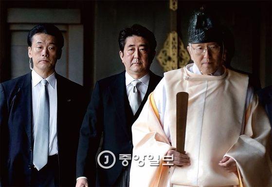 2013년 말 야스쿠니 신사에 들어서고 있는 아베 신조 일본 총리. [중앙포토]