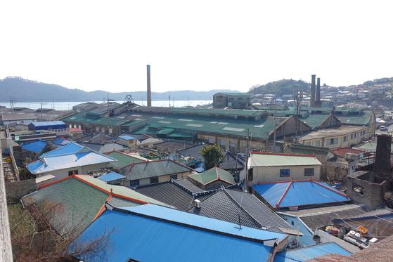온금동에서 내려다본 옛 조선내화 공장. 공장은 떠나고 재개발 계획이 오락가락하면서 동네는 활기를 잃어가고 있다.