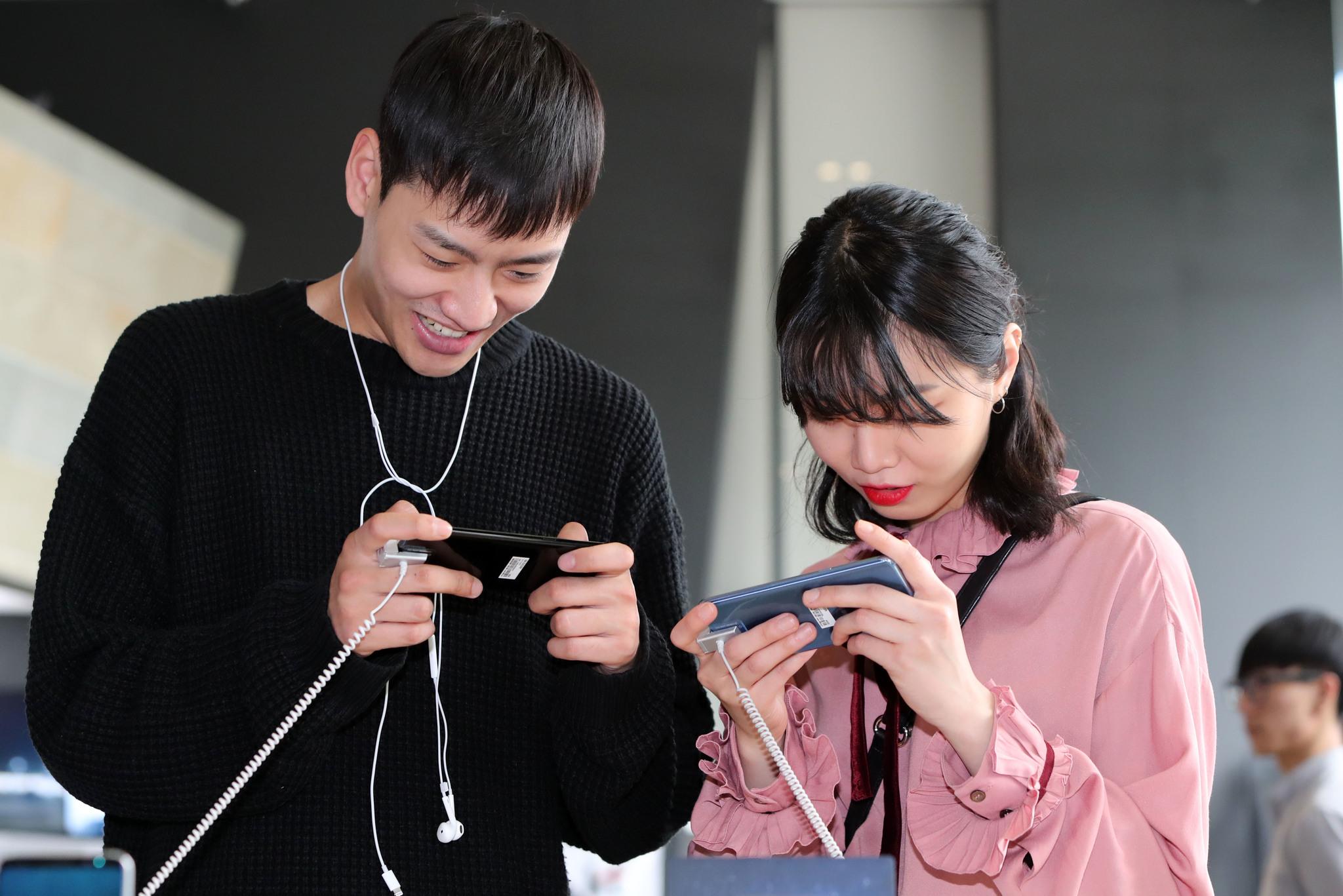 21일 오후 서울 종로구 광화문 Kt 스퀘어에서 고객들이 '갤럭시S8'을 조작해보고 있다.조문규 기자