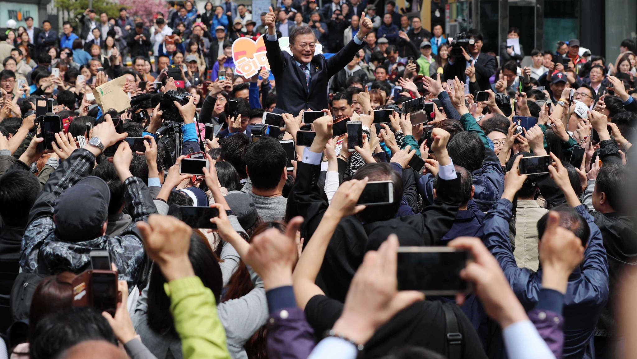 문재인 후보가 20일 춘천 중앙로에서 지지자들 사이에 들어가 환호에 손을 들어 답하고 있다. 오종택 기자