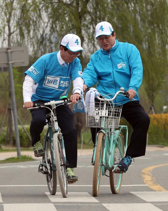 유승민 바른정당 후보(왼쪽)와 김무성 의원이 21일 자전거 유세단 발대식에 앞서 서울 여의도 한강시민공원에서자전거를 타보고 있다. 강정현 기자